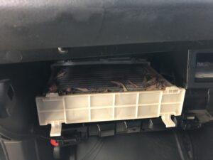 レガシィツーリングワゴンのエアコンフィルターはグローブボックス裏にあります。